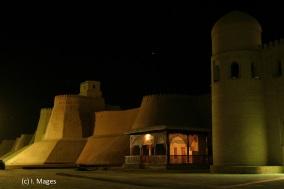 Chiwa - Stadtmauer bei Nacht
