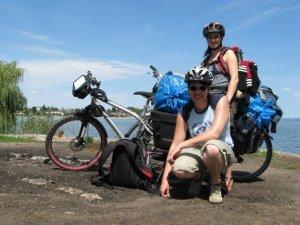 Sabine und ich am Bodensee. Die blauen Tüten lassen nur erahnen, dass es am Tag zuvor wie aus Kübeln gegossen hat