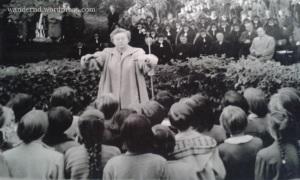 meine Großmutter leitet eine Aufführung in der Schule