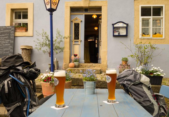 auch auf Einkehr- und Übernachtungsmöglichkeiten wird eingegangen -- Foto (c) Christof Herrmann