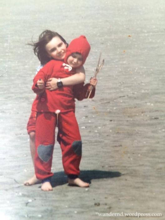 Klein-Ilona stapft mit zarten vier Jahren samt ihrer Schwester durchs Wattenmeer