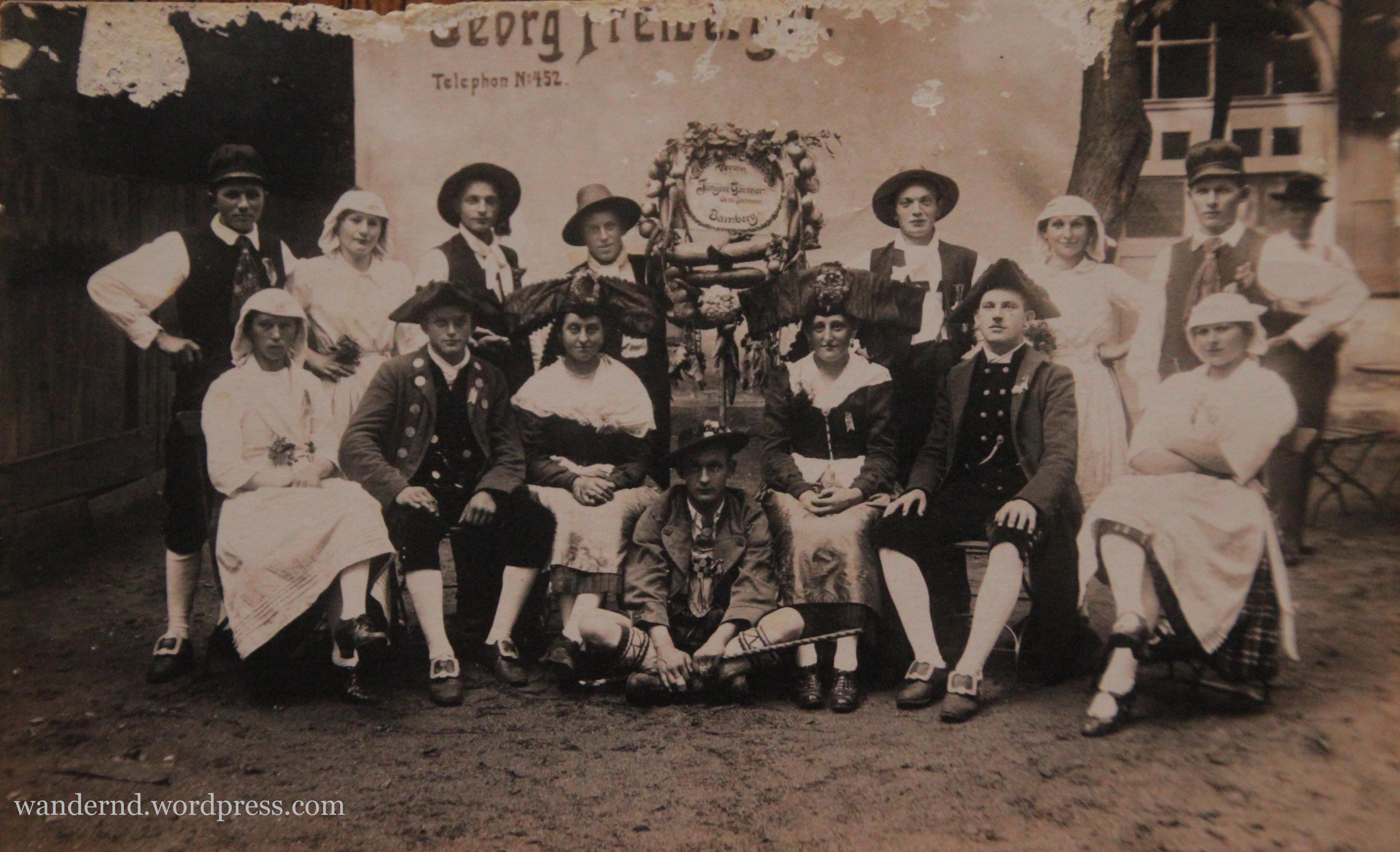 """Der Verein """"Jüngere Gärtner"""" der Oberen Gärtnerei in Bamberg. Auf diesem Bild sind auch meine Urgroßeltern in Bamberger Gärtnertracht zu sehen (sitzend und stehend jeweils 2.v.r.)"""