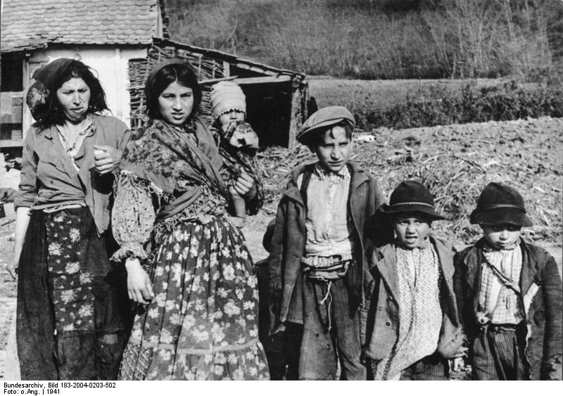 Bei Agram, kroatische Sinti und Roma-Frauen und Kinder